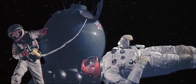 Русский космонавт пытается поймать проплывающее мимо него тело Базза Ллойда. Ну вот да, как-то так оно было.