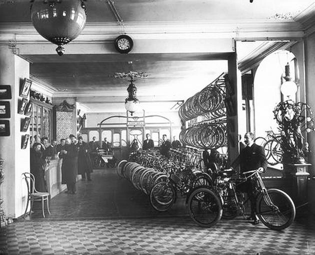 """Продажа велосипедов. Торговый дом """"Победа"""", Санкт-Петербург. Фотография Карла Буллы."""